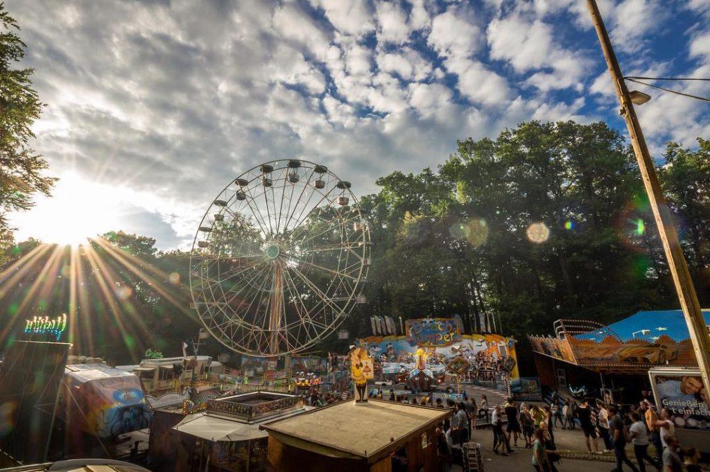 Zum Abschluss gibt es heute noch ein Bild vom Annafest in Forchheim. Meine alte Heimat ?? ___________________ #ig_franken #franken #oberfanken #forchheim #igersforchheim #forchheim2016 #forchheimerleben #annafest #annafest2016 #kellerwald #igersfranconia #igersnürnberg_on_tour #skyporn #bluesky #clouds #riesenrad #rummel #volksfest #srs_sunset #srs_sunshine #meindeutschland #deutschland_greatshots #meinbayern #visitbavaria #sunflare #love #forchheimshots