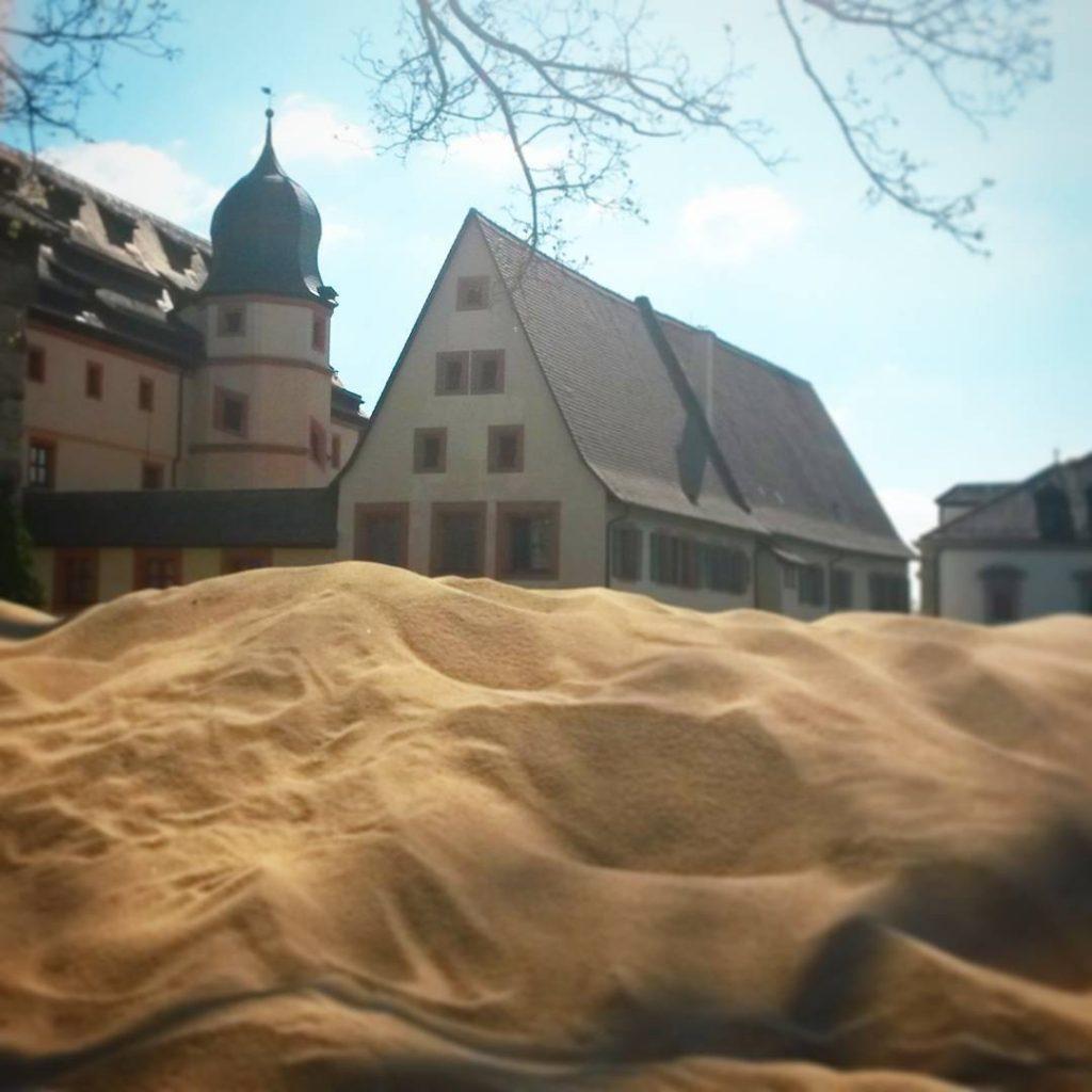 Juhu, der Sand ist da! Hinterm Saltorturm wartet ab 01.05. der #kaiserstrand in #forchheim auf uns! Auf der Bastion hinter der #kaiserpfalz gibt es dann den ersten Forchheimer Stadtstrand @forchheim_erleben Wir freuen uns auf Sand, Liegestühle, chillen, essen und trinken und eine tolle Aussicht! #forchheimshots #forchheim_erleben #schönesfranken #schönertag #schau_fei_forchheim #igersfranconia #igersforchheim #ig_forchheim #forchheim #forchheim2017 #stadtstrand #bavaria #igersbavaria #sand #oberfranken #radiobamberg #antennebayern #ausflug