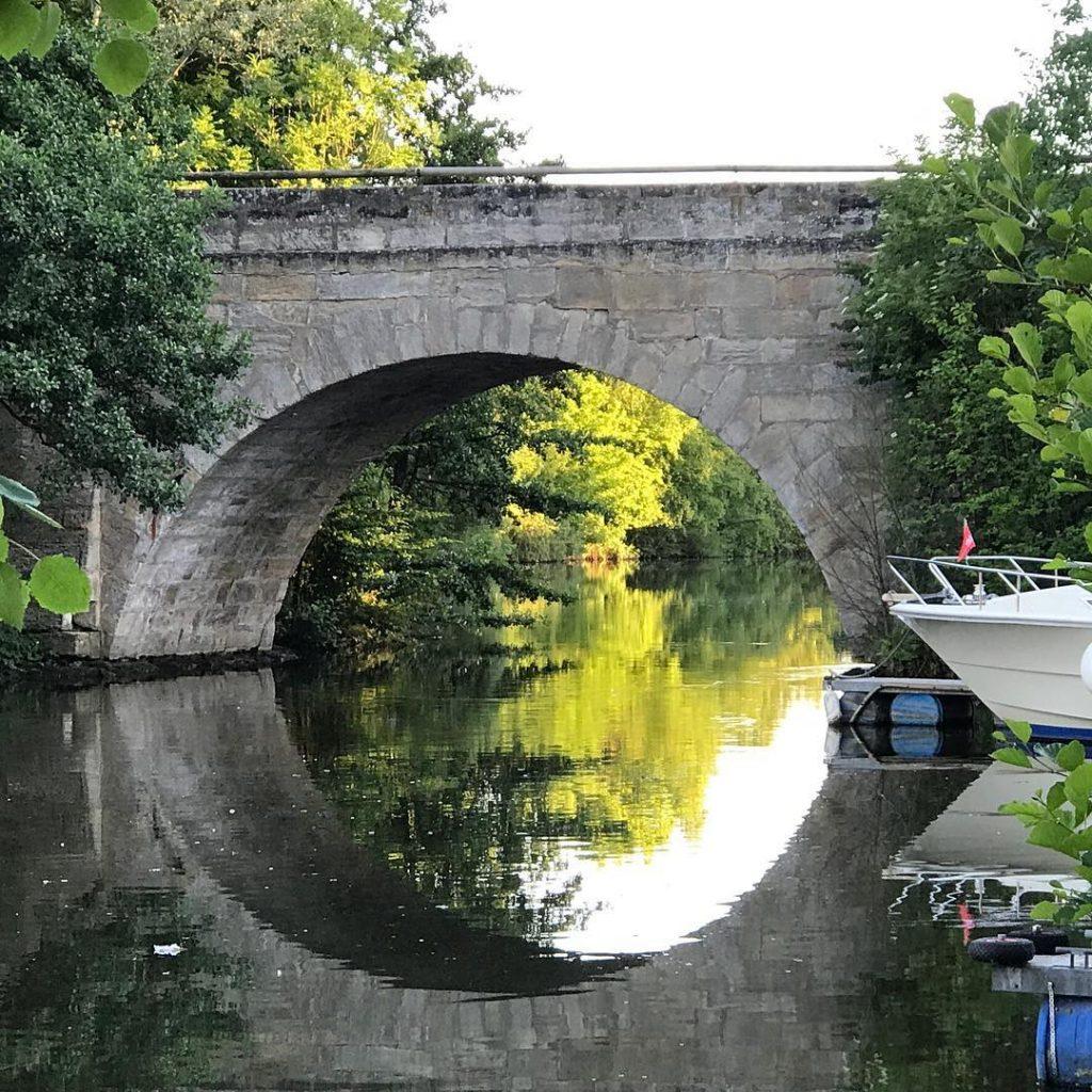 kleine Brücke auf dem Weg zur Sportinsel ?????????? #brücke #steinbrücke #spiegelung #spiegelungimwasser #forchheim #forchheimshots #forchheimerleben #igersforchheim#nature #naturephotography #naturephoto #wasser