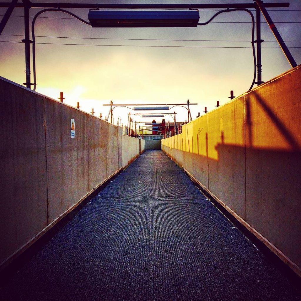 Morgens, halb voll in Deutschland... ^^ Wenn man schon morgens um 5 oder so von nem Junggesellenabschied heim läuft, dann kann man auch gleich das schicke Morgenlicht für n paar Schnappschüsse nutzen. ?? #Fotografie #Photography #Foto #Photo #Morgen #Morning #Morgenlicht #Sonnenaufgang #Sunrise #Forchheim #ForchheimShots #forchheimviews #igersforchheim #Brücke #Bridge #StreetPhotography #Fotograf #Photographer #Schnappschuss #Snapshot #Jungesellenabschied