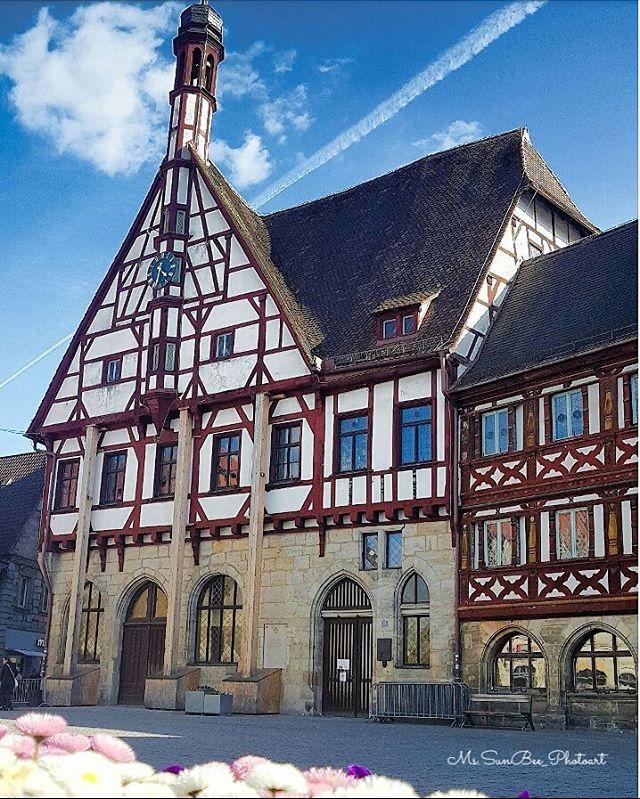 Endlich gibts auch Blumen in der Stadt Forchheim ?????? ich liebe dieses einsturzgefährdete alte Rathaus ???? immer ein Foto wert ?? #forchheimshots #forchheimerleben #forchheimviews #schau_fei_forchheim #igersforchheim #ig_franken #deinbayern #nordbayern_de #srs_germany #srs_buildings #deutschlandkarte #deutschland_greatshots #bestgermanypics #germanyphoto #photooftheday #fachwerk #likeforlike #like4like #pleasefollow #loves_united_germany #pocket_germany #living_europe #topeuropephoto #ig_europe #germanylovers #wanderlust
